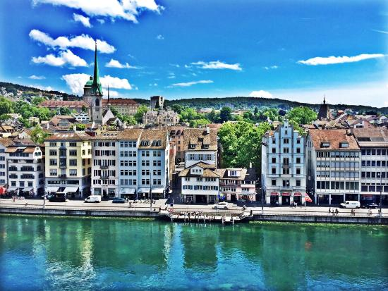 Lindenhofplatz: Zurich seen from Lindenhof, the spring is a good season to see the lake in green