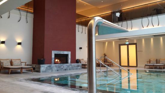 Wald & Schlosshotel Friedrichsruhe Day Spa : piscina interna com cascata