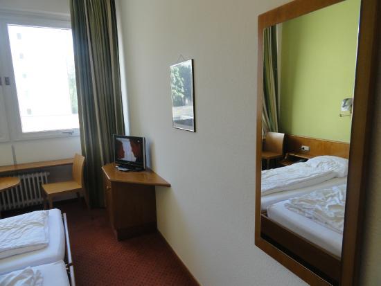 Hotel Tessin: tv in camera con pochi canali italiani, comunque se si usa la stanza solo per dormire non la ved