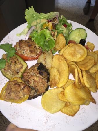 La Veille Auberge : La salade niçoise  les petites Farci maison  Le burger en plat du jour Le risotto saint Jacqu