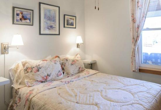 The Shady Nook: Room 2 - Ground Floor, Queen Bed, Ensuite bathroom with shower