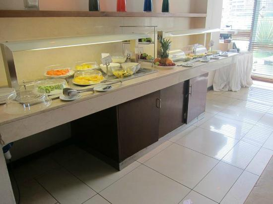 Hennessy Park Hotel : Buffet breakfast - note the fresh cut fruits