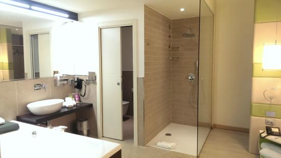 Bagno doccia e vasca idromassaggio bild von as hotel limbiate