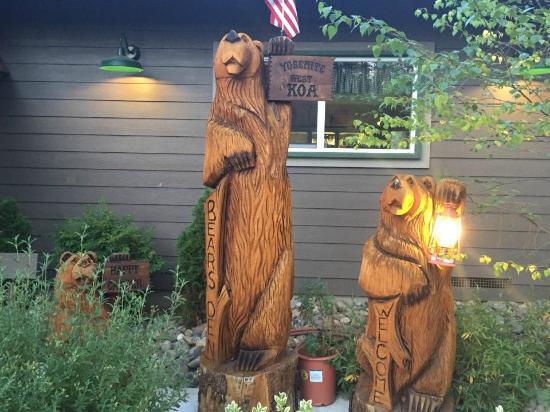 Yosemite West / Mariposa KOA: Bears at front of camp store