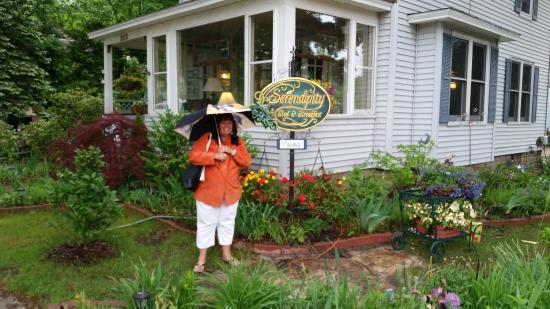 Serendipity Bed & Breakfast & Suites: Standing in front yard