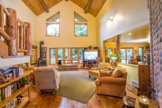 Candlewycke Inn B&B: remodeled livingroom