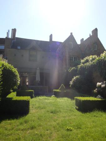Lut Bullen's Bed and Breakfast: la maison depuis le jardin