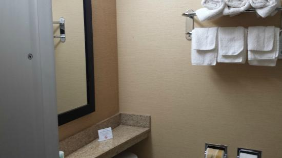 Quality inn Westfield : Bathroom