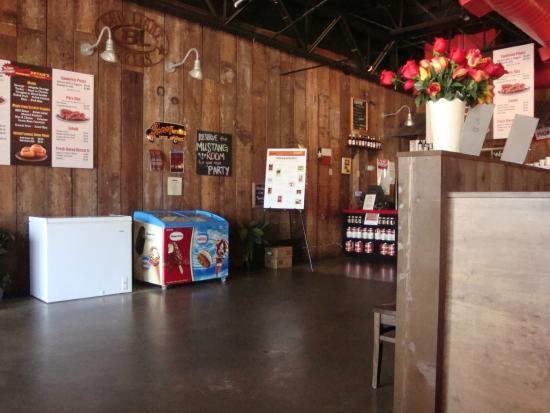 Sonny Bryan's Smokehouse: Entering lobby area