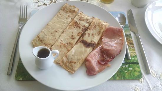 2 Mile Lodge: Pancakes with bacon = wonderful crepes!