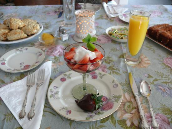 Fleming Jones Homestead B&B: Sample starters:  Strawberries, Irish Banana Bread and Scottish Scones