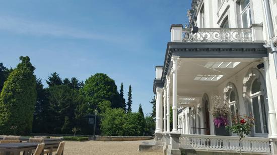 Teaching Hotel Chateau Bethlehem: Terras achteraan waar je kan ontbijten of dineren bij mooi weer!