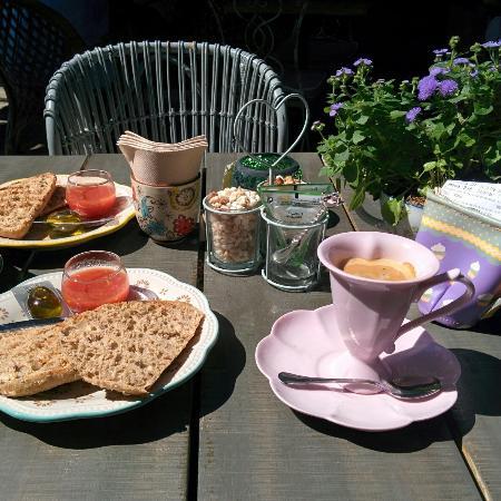Desayunando en el mejor jard n de madrid fotograf a de for Jardin secreto salvador bachiller