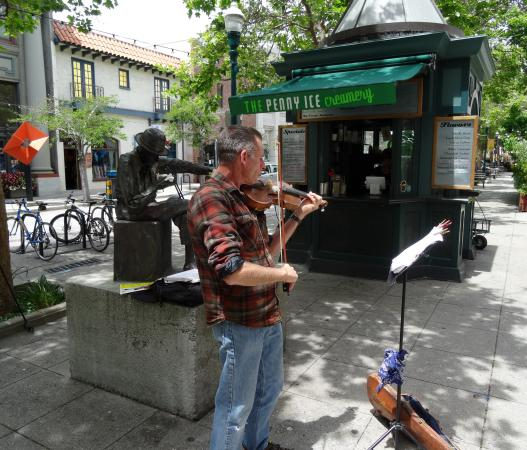 Capitola Venetian Hotel: Tom Scribner, famous Wobblie Saw Player, and a busker on the Santa Cruz Mall...nearby to Capitol