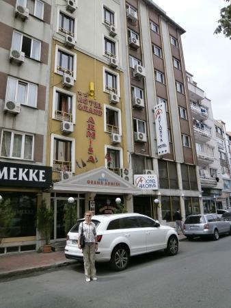 Avlonya Hotel: У входа в отель