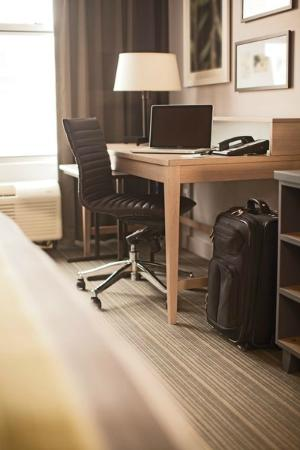 Country Inn & Suites by Radisson, Minneapolis West, MN: guestroom desk