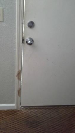 Golden Chain Resort Motel: Door jam looks like it was chewed or whacked with a hatchet.
