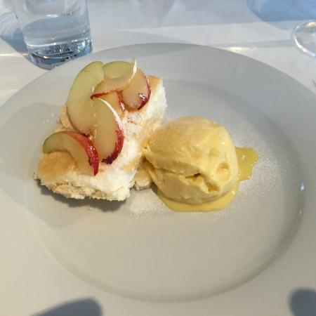 Restaurant at Auberge Carnish: Pavlova