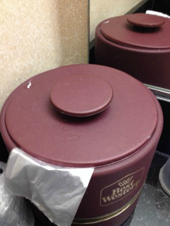 BEST WESTERN - On The Avenue: dirty and dusty ice bucket lid