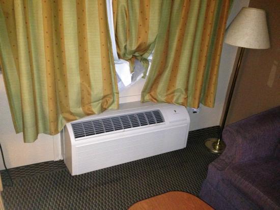 Hondo Executive Inn: curtains block a/c unit