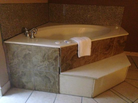 Hondo Executive Inn: grout missing on jacuzzi