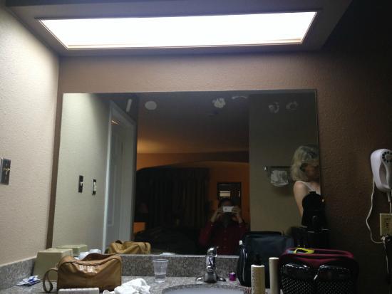 Hondo Executive Inn: harsh light in bad position over sink