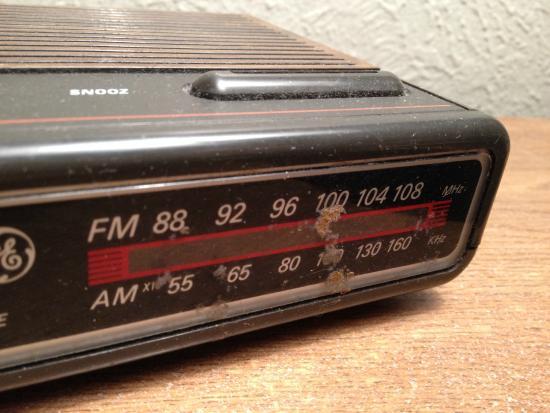 Budget Host Inn NAU / Downtown Flagstaff: Brown smear across clock-radio