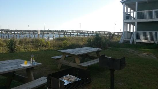 Ocean Crest Motel: View of the picnic area and dock next to the motel