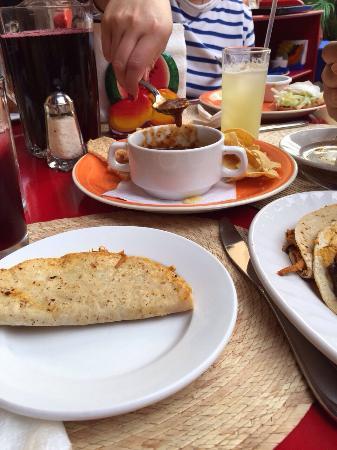 Mexico Lindo y Sabroso: Excelente comida y servicio. Despues de xomer dar una vuelta al jardin y a la presade la olla pa