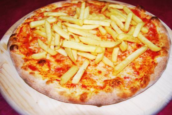 Pizza per i pi giovani con patatine fritte foto di for Pizza pizzeria