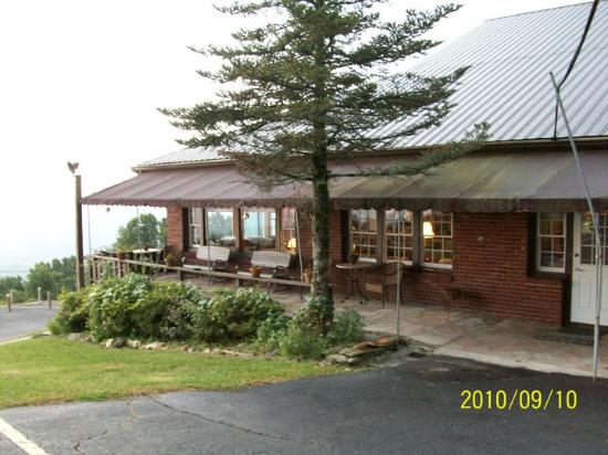 Big Lynn Lodge: View of the main lodge from the side