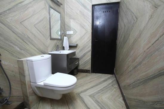 Hotel Aman Inn: Bath Room
