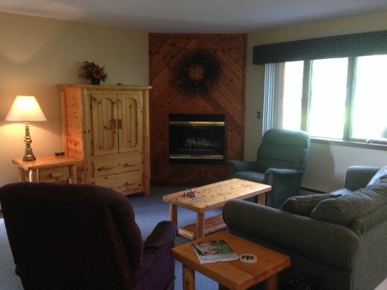 Pine Mountain Resort: Living room with fireplace