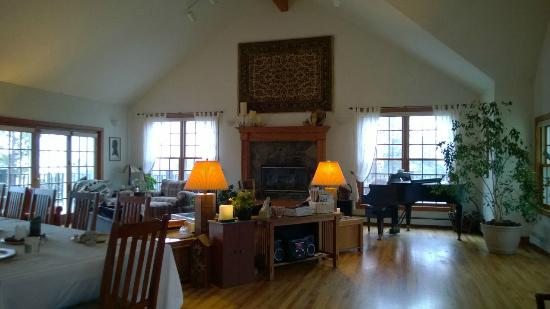 Peregrine Pointe Bed and Breakfast: Living room: Common area