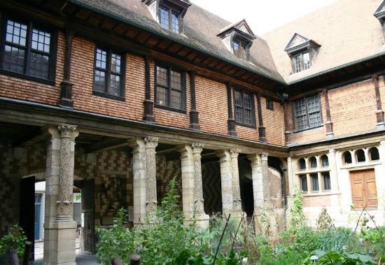 Maison de l'Outil et de la Pensee Ouvriere: вид снаружи