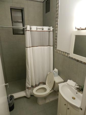 Metro Apartments: Bathroom