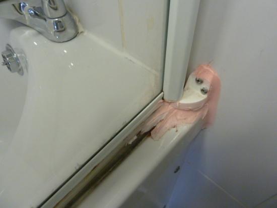 Woolpack Country Inn: Sealant repair in the bathroom.  Messy!