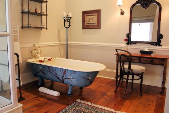 Hacklewood Hill Country House: Loerie Bathroom