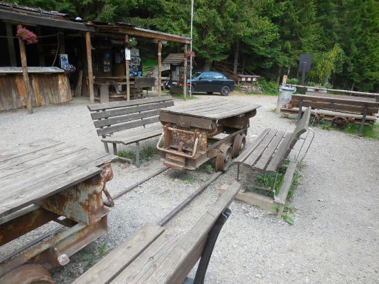 Esterno-tavoli e panche per colazione al sacco - Picture of Miniera ...