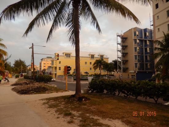 Junkanoo Beach Resort: Вид на отель - отель справа, синий с бежевой стеной и лестницей
