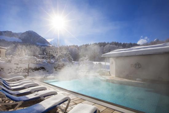 Außenpool im Winter - Bild von Alm- & Wellnesshotel Alpenhof ...