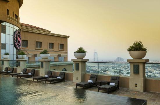 Sheraton Dubai Mall of the Emirates Hotel: Sunset from the rooftop pools