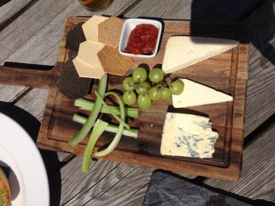 Gilling East, UK: Cheese & biscuits at The Fairfax Arms