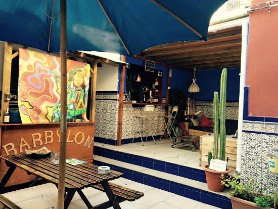Casa Babylon Backpackers: El patio