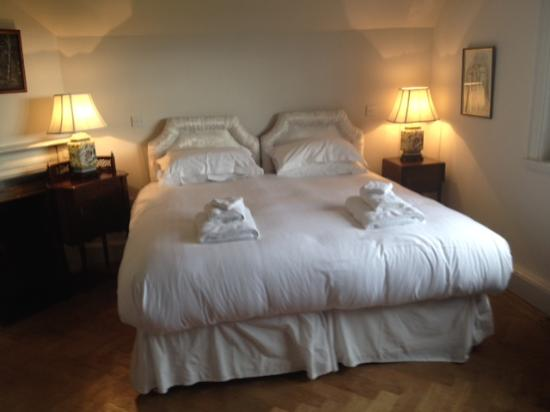 Thornton Manor: King Size Bed - but just two singles pushed together!