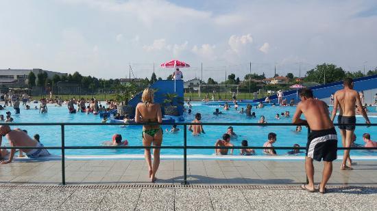 Domenica 07 06 15 bellissimo posto specialmente x famiglie foto di opl acquabeach village - Piscina di burago ...