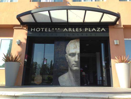 Hôtel Arles Plaza : Entrée de l'hôtel