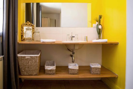 Salle de bain - gite jaune - Photo de Gite de la Croix ...