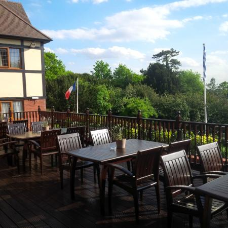 De Rougemont Manor: The perfect spot for a drink before dinner in the summer