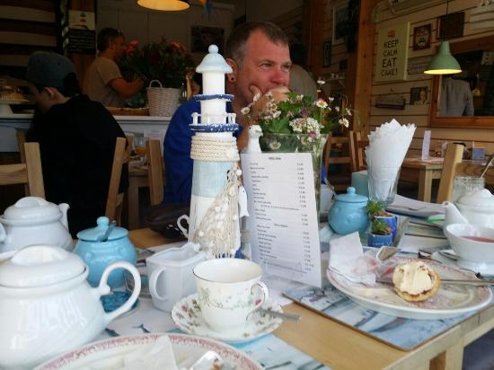 Canapes and Deli Shop: Best cream tea ever. Great service, lovely tea room.